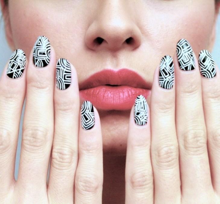 nail-art-motif-azteque-couleur-noir-blanche