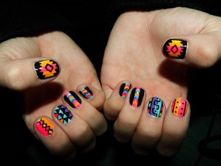 nail-art-motif-azteque-couleur-orange-noir-bleu