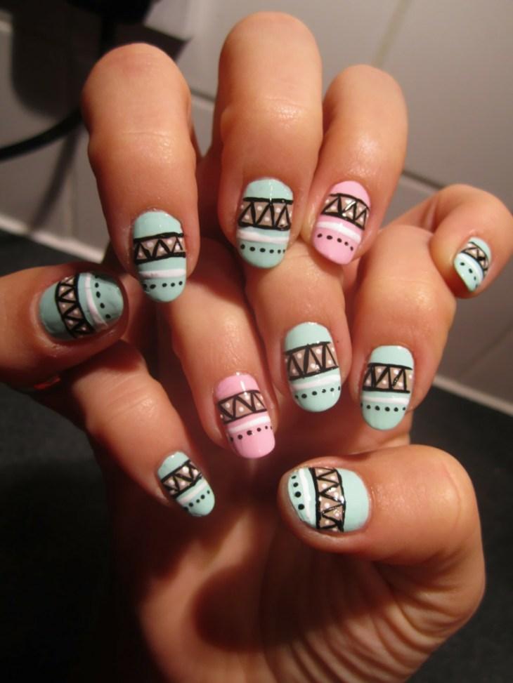nail-art-motif-azteque-couleurs-pastel-rose-vert-menthe