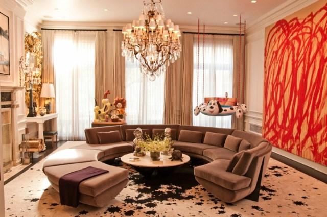 decoration-salon-canapé-arrondi-marron-table-basse-ronde-lustre-pampilles-grand-tableau-rouge