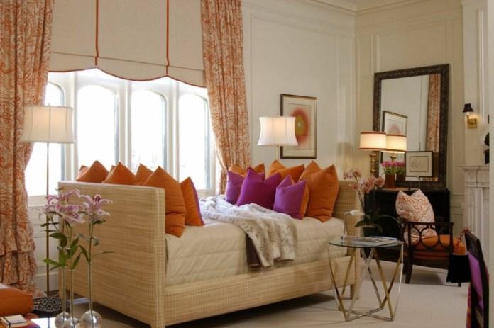 decoration-salon-canapé-beige-coussins-orange-pourpre-rideaux-motifs-orange-meuble-coiffeuse