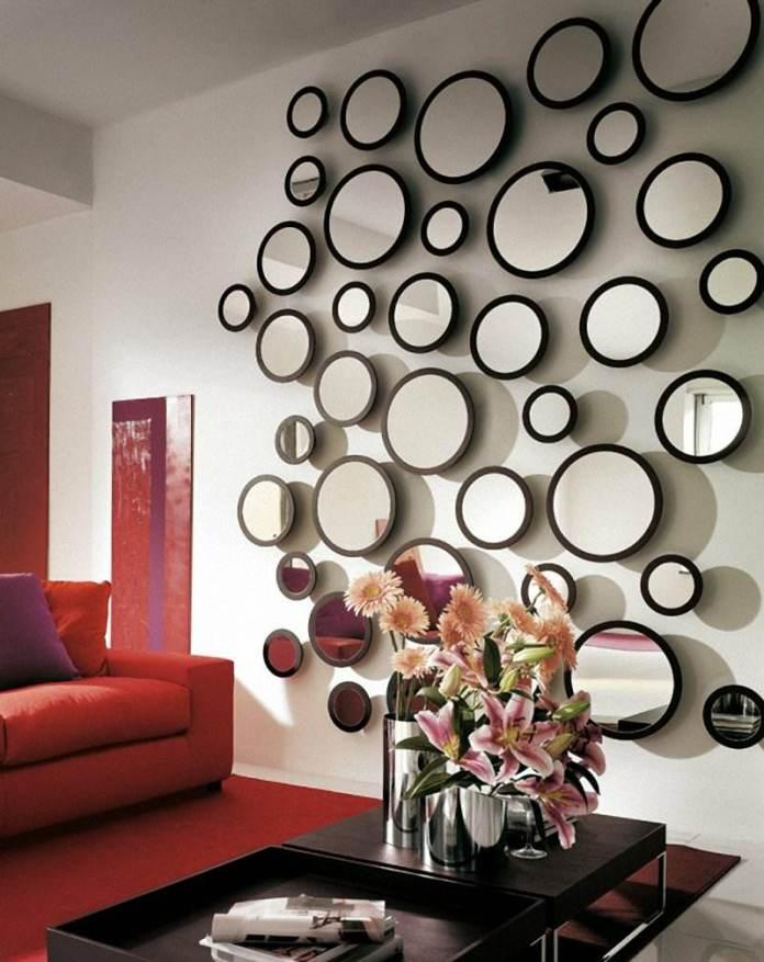 decoration-salon-miroirs-ronds-tapis-rouge-table-basse-noire