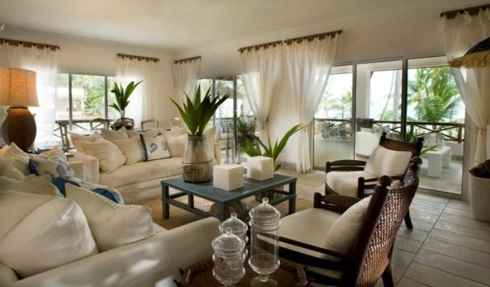 decoration-salon-plantes-vertes-coussins-blancs-rideaux-blancs