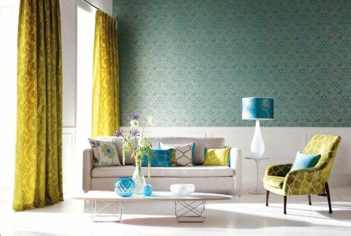 decoration-salon-rideaux-jaunes-papier-peint-bleu-coussins-lampe-table-turquoise