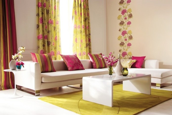 decoration-salon-rideaux-tapis-jaunes-motifs-floraux-coussins-rayés-couleur-cyclamen décoration de salon