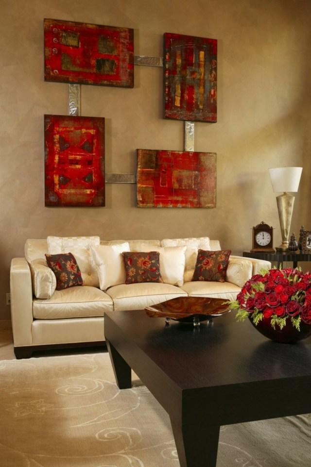 decoration-salon-tableau-4-parties-nuances-rouge-cnaapé-couleur-champagne-tapis-beige-clair décoration de salon