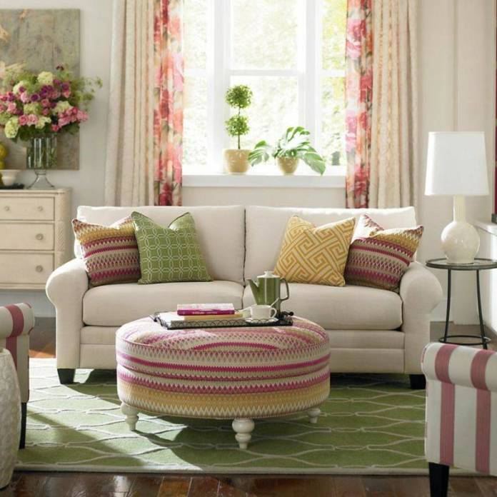 decoration-salon-textiles-intérieur-coussins-ottoman-motifs-chevron-dédale-rideaux-motifs-floraux