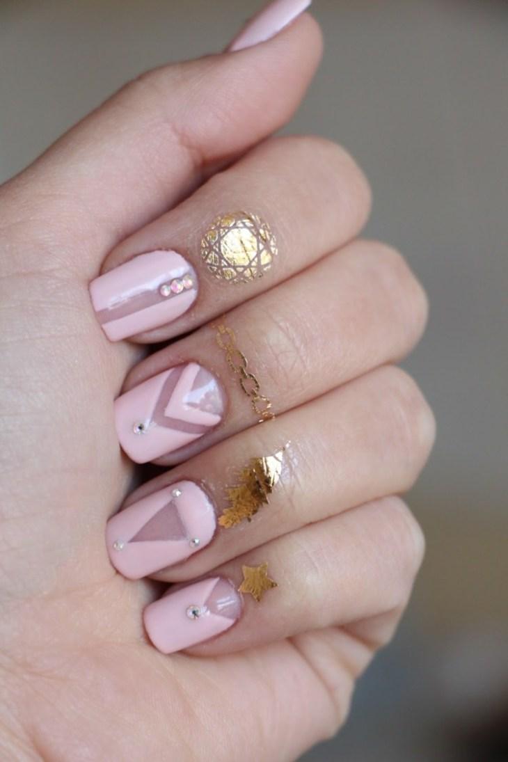 bijoux-peau-doigts-tatouages-éphémères-dorés-nail-art-rose-pastel