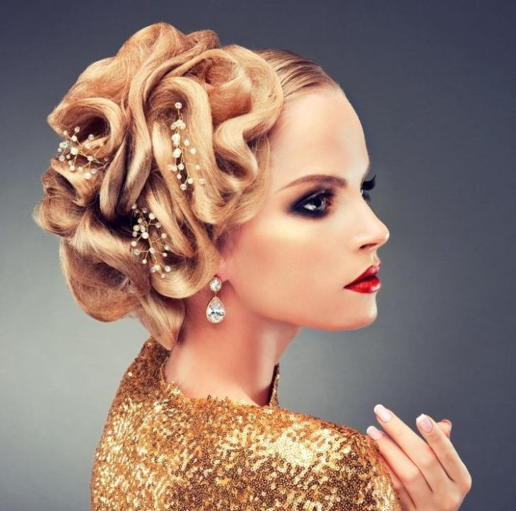 coiffure pour noël chignon-travaillé-maquillage-fort