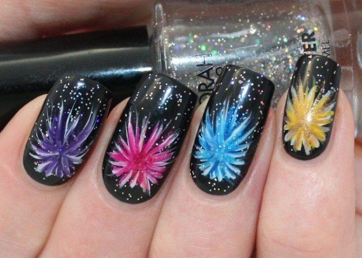 tuto nail art –nouvel-an-vernis-ongles-noir-motif-feu-artifice