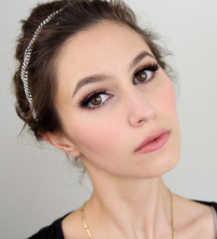 maquillage Saint-Valentin -romantique-mascara-fard-paupieres-rose-pale-rouge-levres-rose-pale-fard-joues-rose
