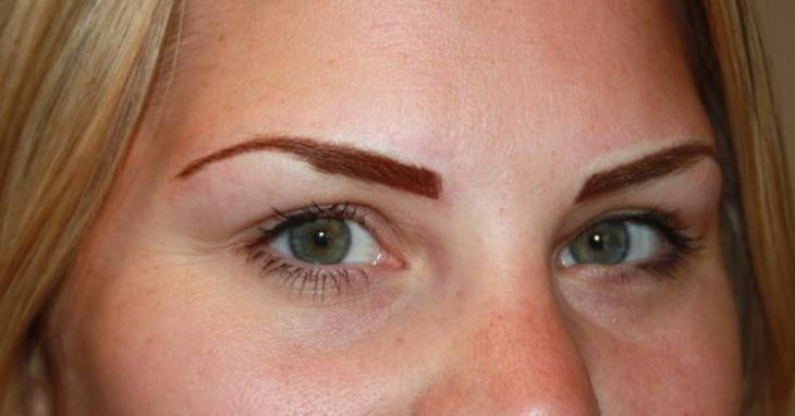 maquillage-permanent-sourcils-pigment-marron-rouge-yeux-verts