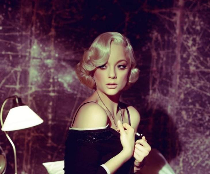 coiffure-vintage-élaborée-boucles-collier-maquillage-délicat