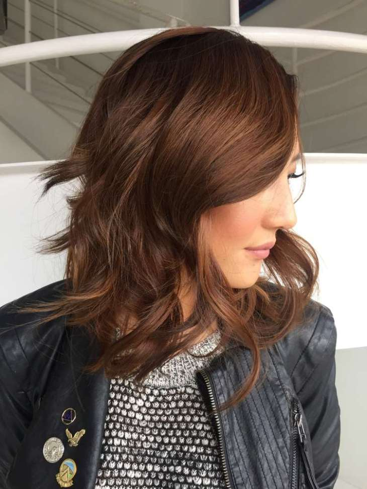 cheveux cuivre brun-tendances-coiffure-mi-longue-boucles-veste
