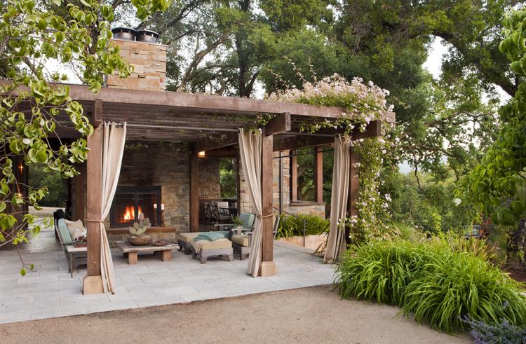 pergola avec rideaux moderne dans le jardin