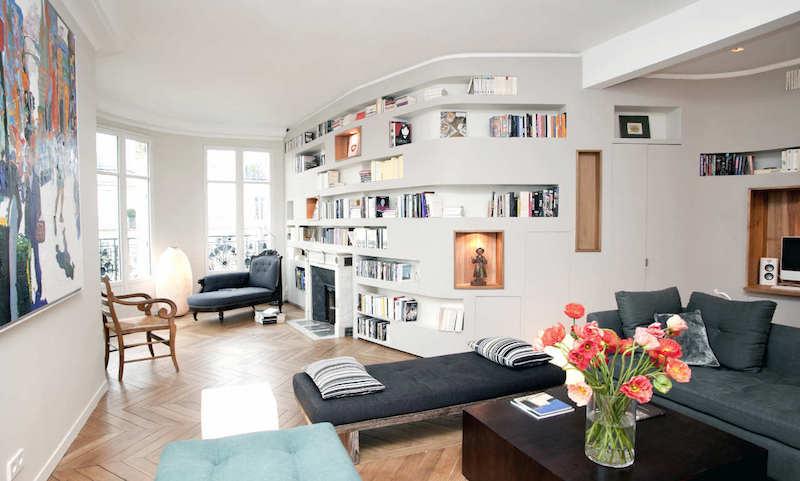 salon-chic-méridienne-cheminée-niches-rangement-lieu-meuble-bibliothèque
