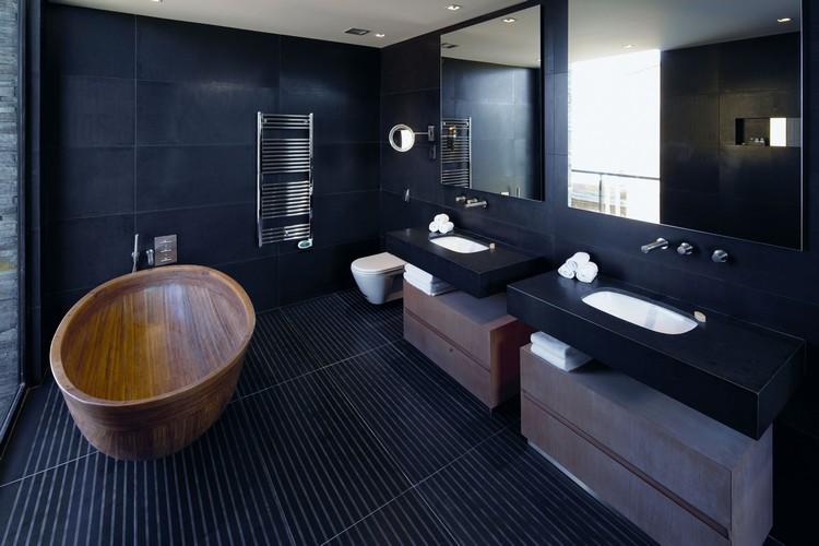 salle de bain noir et bois en 20 idees