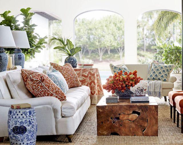 ambiance-salon-chic-exotique-table-bois-brut-objets-motifs