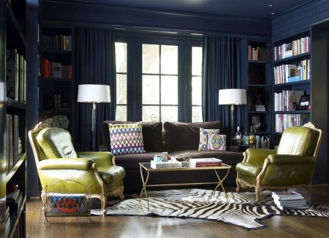 ambiance-salon-chic-fonce-moulures-murales-bleu-petrole