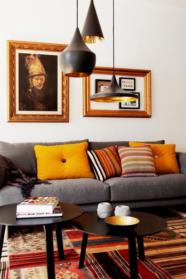 ambiance-salon-chic-idee-deco-suspensions-noires-tapis-motifs-ethniques