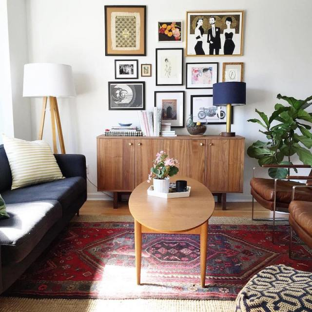 ambiance-salon-vintage-chic-annees-50-idee-deco-tapis-persan-rouge-cadres