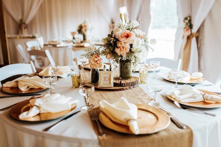 decoration table mariage automne style rustique chic presentoir rondelle bois bouquet pivoines 99 idees de decoration table mariage automne hiver qui vous