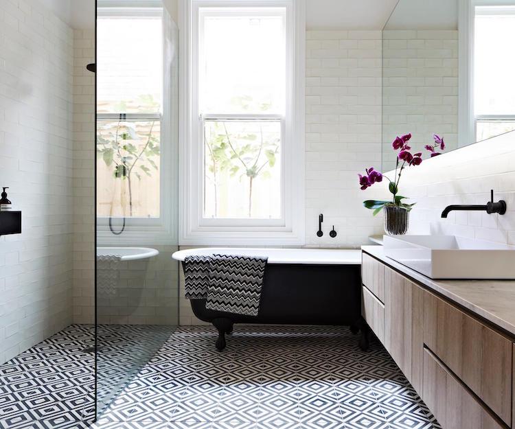 salle de bain noir et blanc en 20