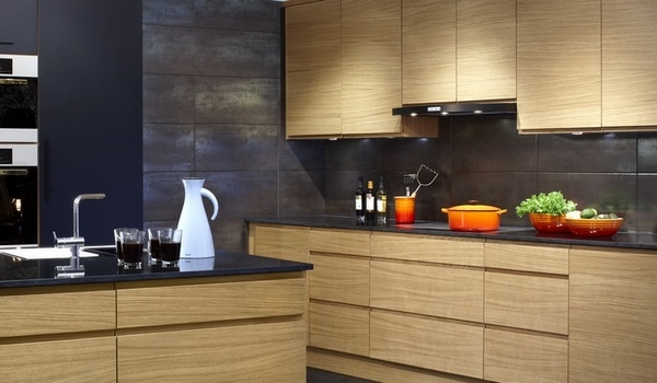 Modern oak kitchen designs - trendy wood finish in the kitchen on Modern Backsplash For Dark Countertops  id=70904