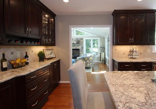 Travertine tile backsplash ideas in exclusive kitchen designs on Backsplash For Dark Countertops  id=20080