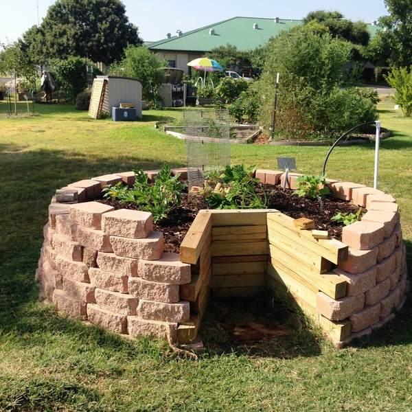 Keyhole garden design - raised bed gardening ideas on Backyard Raised Garden Bed Ideas id=96797