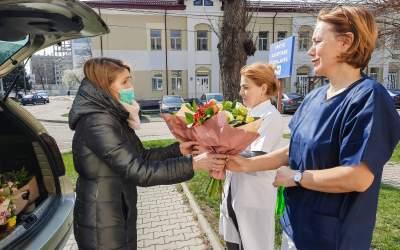 Flori pentru cadrele medicale! Gestul emoționant făcut de o florărie din Bacău (video)