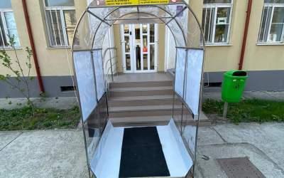 A început montarea tunelurilor de dezinfecție la SJU Bacău