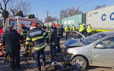 Accident în Bacău! O mașină a fost lovită de un tren (GALERIE FOTO)