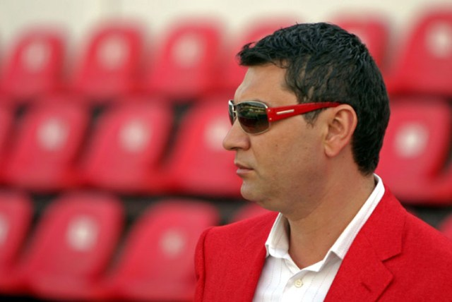 Directorul executiv al clubului de fotbal Dinamo Bucuresti, Cristian Borcea, se indreapta, duminica 15 aprilie 2007, catre tribuna oficiala, inaintea inceperii partidei de fotbal dintre Dinamo Bucuresti si FC Arges, din etapa a XXVI a, a Ligii I.