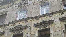 Robu readuce în actualitate o iniţiativă din 2018, montarea de plase pe clădiri vechi