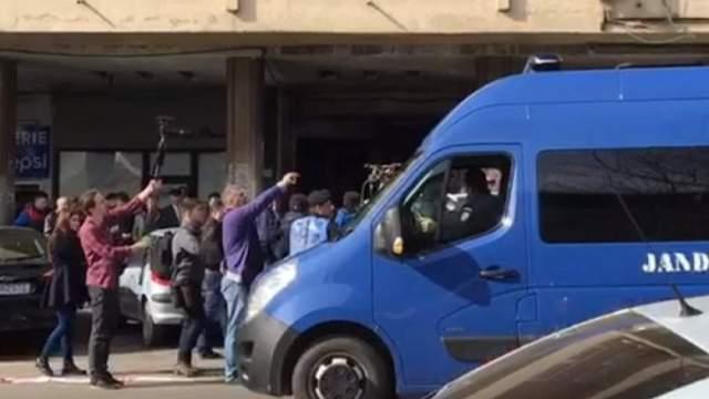Protestatarii de la Topoloveni, luați cu duba de jandarmi