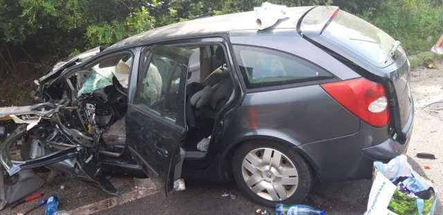 Mașină distrusă după ce s-a ciocnit cu un tir