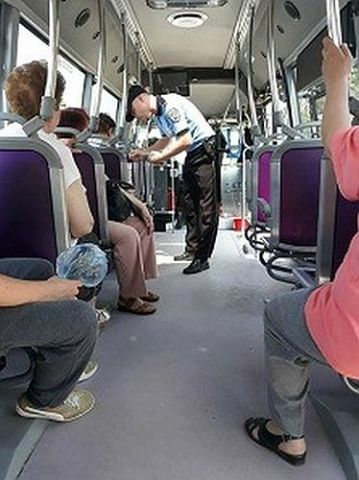Hoata prinsa de Politia Locala in tramvai
