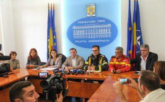 Directorul Ambulanței Timiș, Iancu Leonida (dreapta) vorbeste despre cazurile din blocul de pe strada Miorita