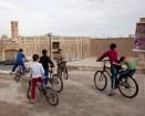 一群小孩開心地踩單車-去Khan-e Borujerdi 途中
