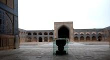 北面的伊萬門,前面有一石碑,上面刻了Kufic銘文,入面的聖殿有很多磚造的柱子