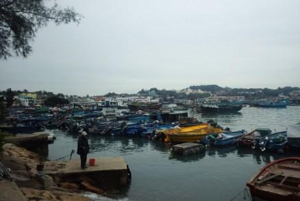 停泊在碼頭附近的漁船