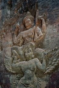 毗濕奴(Vishnu)騎在金翅鳥(Garuda)上的浮雕