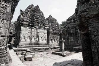 聖劍寺內,牆上有精緻的佛像浮雕