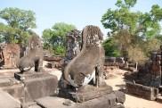 石獅仍在守護著東美蓬寺