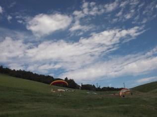 走到山腳有一大片草地,很適合玩滑翔