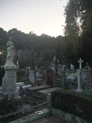 園內墓碑中西合璧