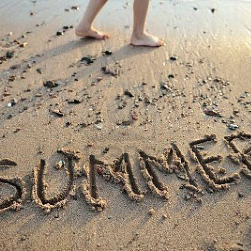 9372841-the-word-summer-written-in-sand_large[1] (500x499)