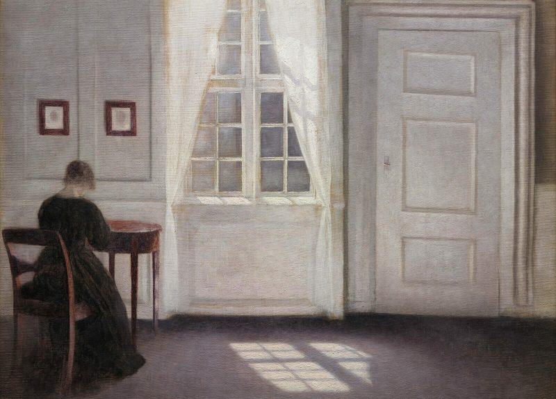 vrouw in een kamer, zonlicht schijnt naar binnen