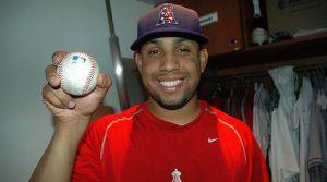 Francisco Rodríguez muestra la pelota del rescate 58. (Ben Platt/MLB.com).